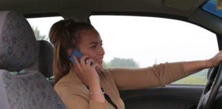 Smartphone Auto Donna al Volante con Smartphone Orecchio